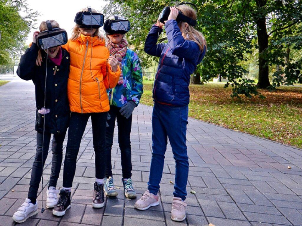 """Õpilased ajarännaku """"VR Tartu 1913"""" haridusprogrammis uudistamas muutusi Raatuse tänaval"""